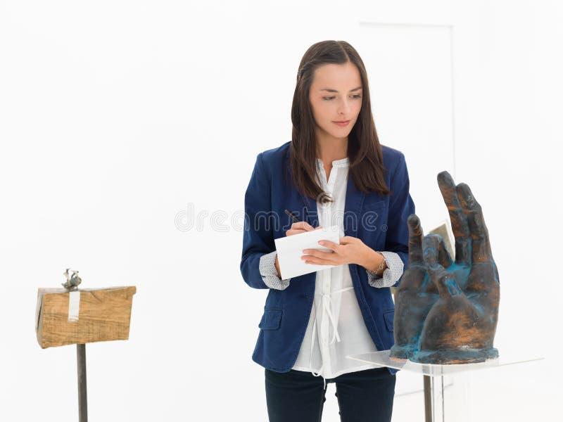 Collettore di arte in galleria di arte immagini stock libere da diritti