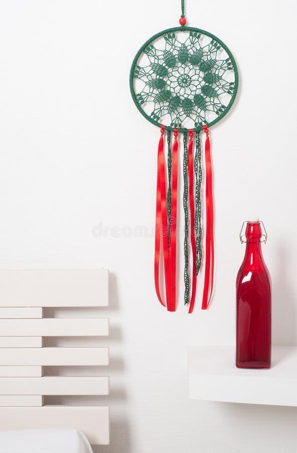 Collettore di sogno con i pizzi rossi verdi fotografie stock libere da diritti