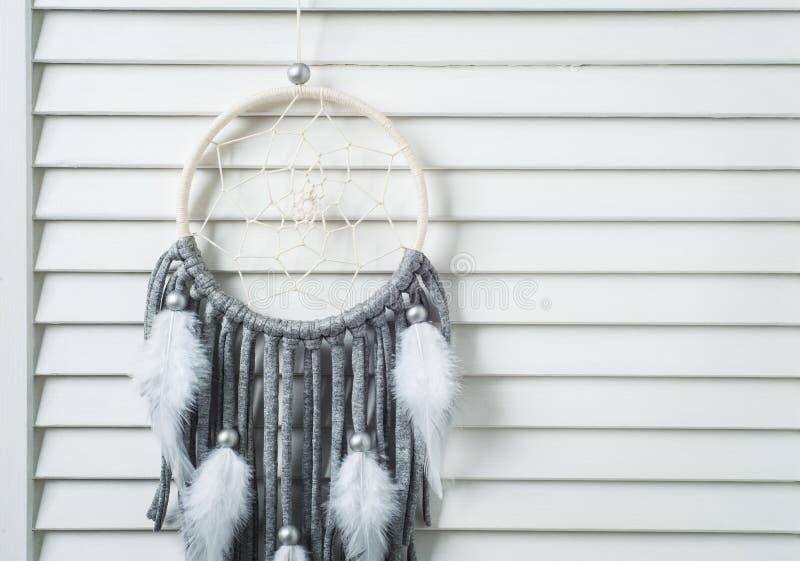 Collettore di sogno grigio con i fili del cotone fotografia stock libera da diritti
