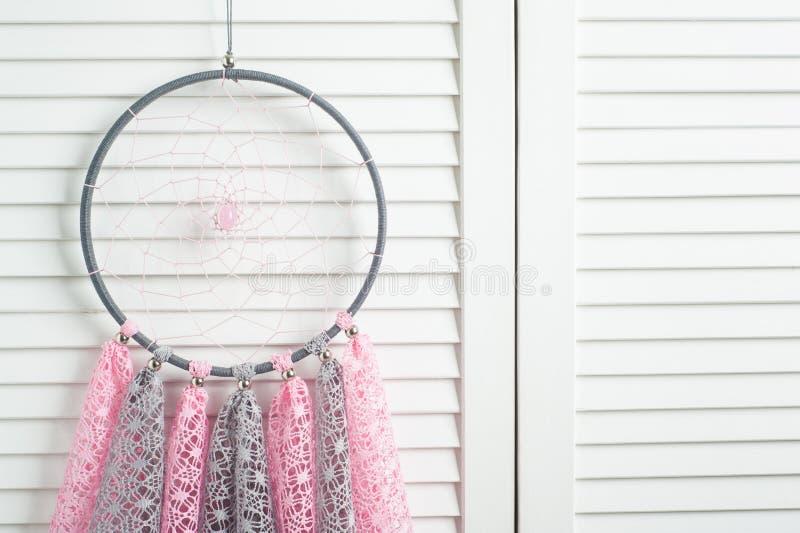 Collettore di sogno grigio rosa con i centrini a foglie rampanti fotografia stock