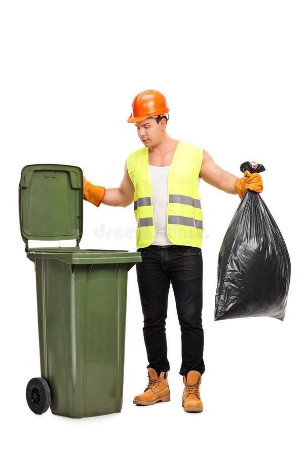 Collettore residuo del maschio che prende rifiuti fotografia stock