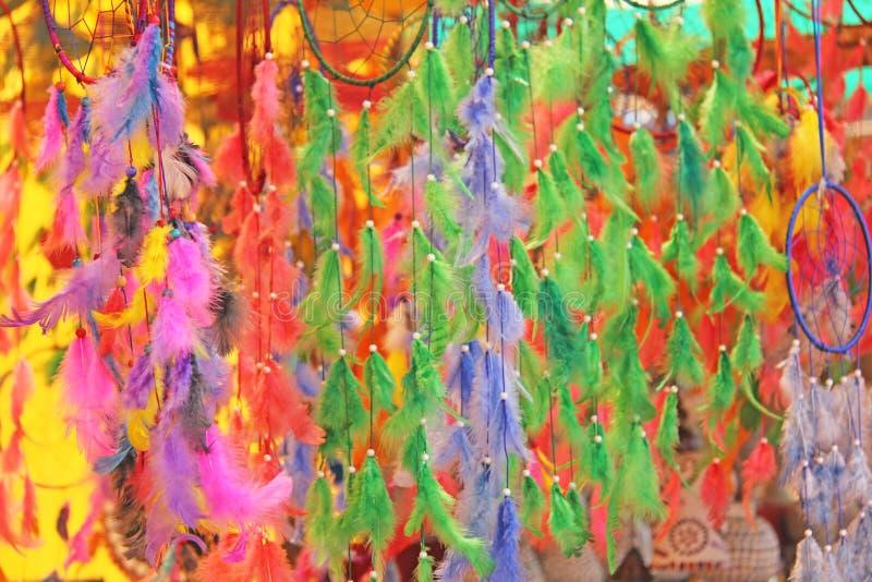 Collettori di sogno colorati luminosi dalla piuma Ricordo del regalo dentro immagine stock libera da diritti