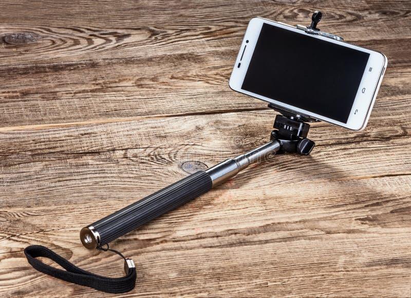 Collez à l'individu et au smartphone sur les vieux conseils photographie stock libre de droits