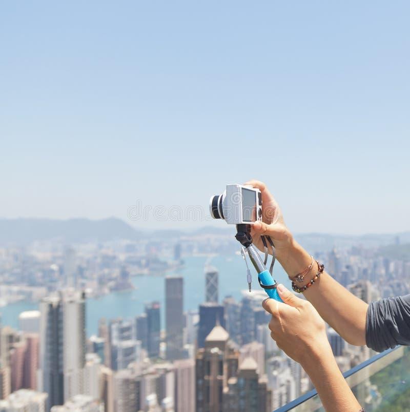 Collez avec l'appareil-photo dans les mains de la fille sur le fond photos libres de droits