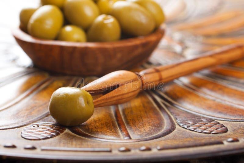 Collez avec l'olive et la cuvette avec les olives vertes image stock