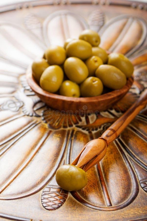Collez avec l'olive et la cuvette avec les olives vertes photo stock