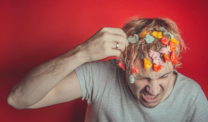 Collez dans sa tête Portrait de l'homme avec le chewing-gum dans sa tête Homme avec des cheveux couverts en nourriture images stock