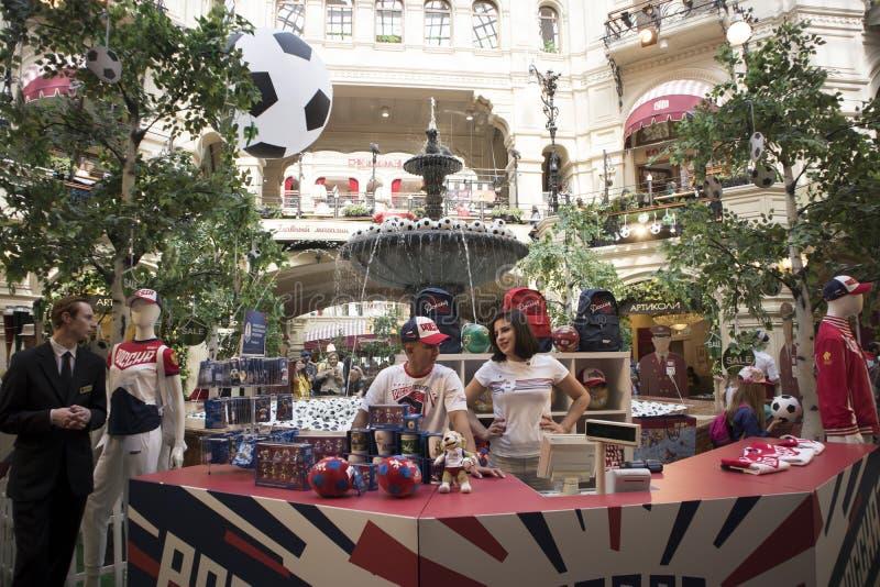 Collez le magasin, le centre commercial le plus ancien décoré par des ballons de football pour la coupe du monde images libres de droits