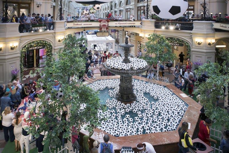 Collez le magasin, le centre commercial le plus ancien décoré par des ballons de football pour la coupe du monde photos libres de droits