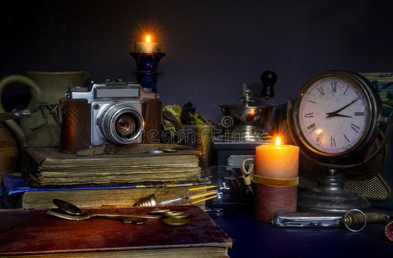 Collezione di Vintage Camera e libri con candele di orologeria fotografia stock libera da diritti