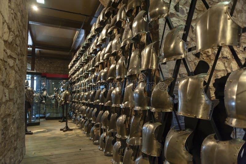 Collezioni dell'arsenale reale esibito dentro la costruzione bianca della torre alla torre di Londra, Inghilterra fotografie stock libere da diritti