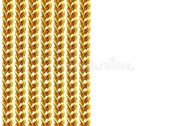 Collier à chaînes d'or d'isolement sur le blanc, plan rapproché, pour le fond photographie stock libre de droits