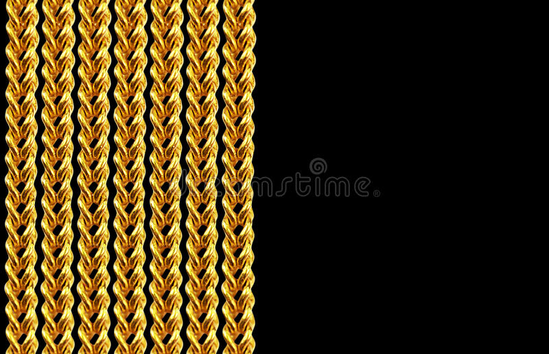 Collier à chaînes d'or d'isolement sur le noir, plan rapproché, pour le fond photos stock