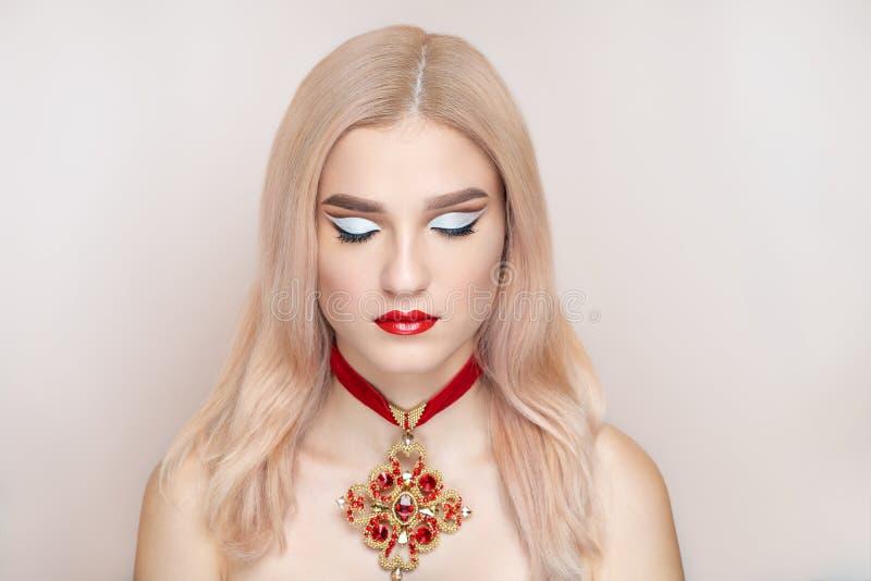 Collier accessoire croisé d'or massif de jeune belle femme photographie stock