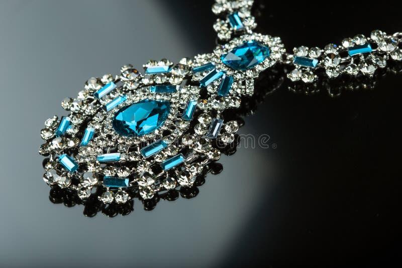 Collier avec de grands bijoux Sur le fond noir image stock