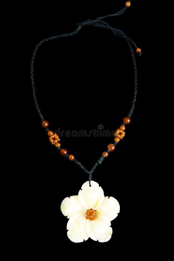 Collier avec la fleur et les perles oranges, sur la ficelle noire photo libre de droits
