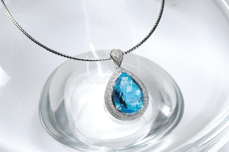 Collier bleu de topaze images stock