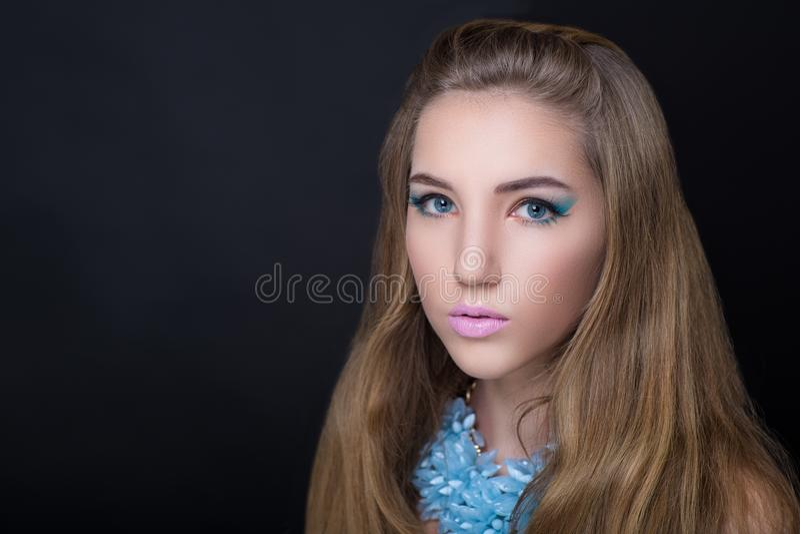 Collier bleu lumineux images stock