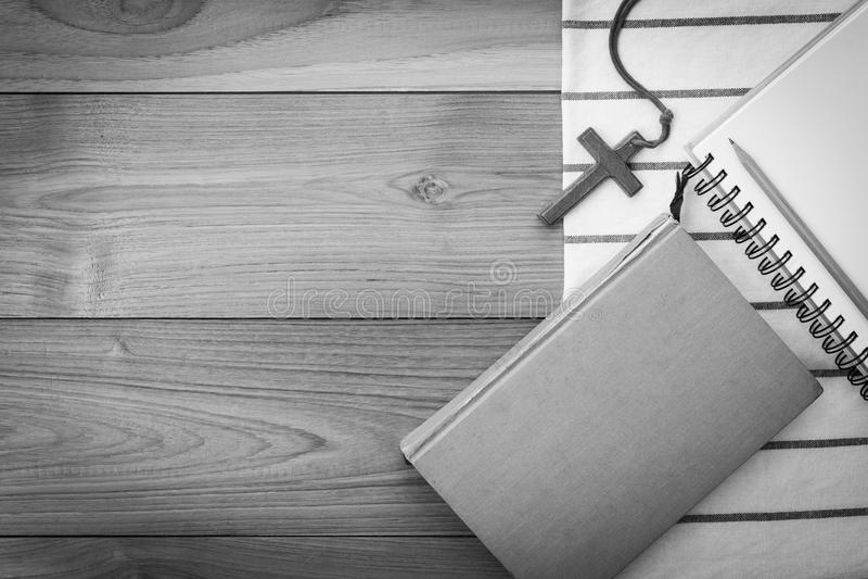 Collier croisé chrétien en bois sur la Sainte Bible sur la table en bois images stock