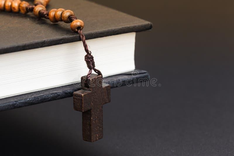 Collier croisé chrétien sur le livre de Sainte Bible, religion de Jésus concentrée photos stock