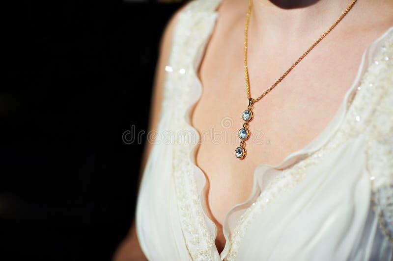 Collier d'or autour de son cou à la mariée photo libre de droits