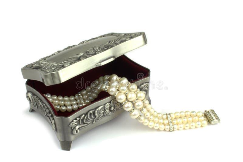 Collier de boîte à bijoux et de perle images libres de droits