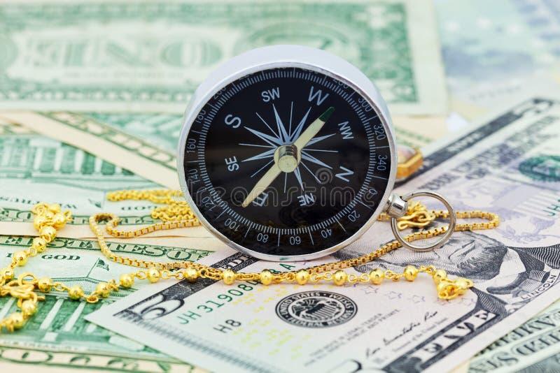 Collier de boussole et d'or sur des billets de banque euro d'argent et des dollars, Co photos stock
