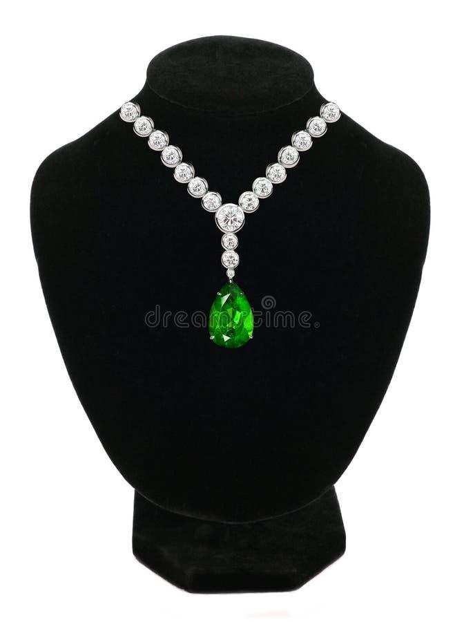 Collier de diamant et d'émeraude sur le mannequin noir image libre de droits