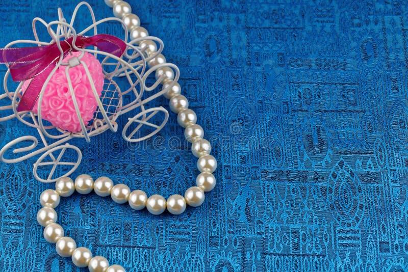 Collier de perle avec le fond bleu de satin photographie stock