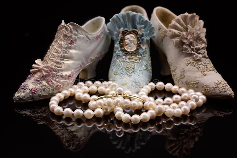 Collier de perle en Front Of Miniature Shoes image libre de droits