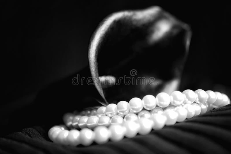 Collier de perle et fleur de calla noire images libres de droits