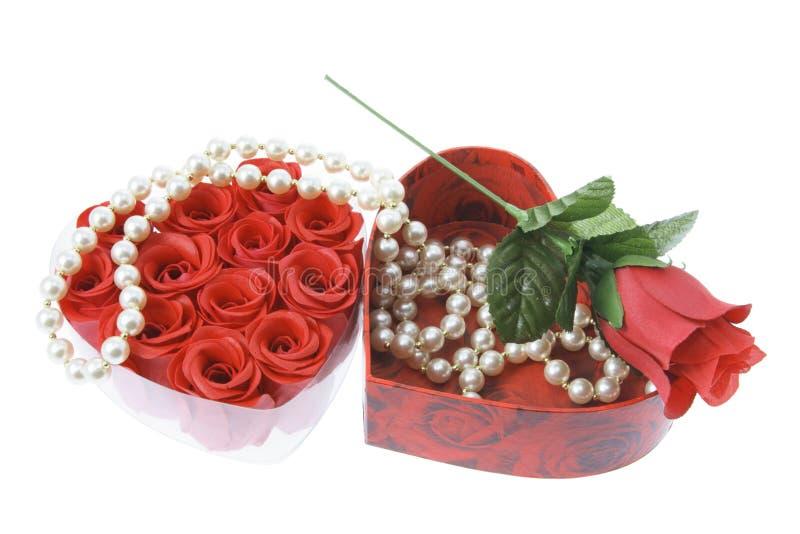 Collier de perle et roses rouges image libre de droits