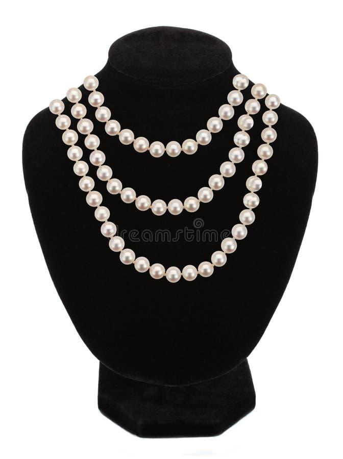 Collier de perle sur le mannequin noir d'isolement photographie stock