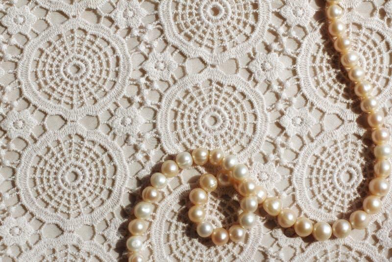 Collier de perle sur le tissu de dentelle images libres de droits