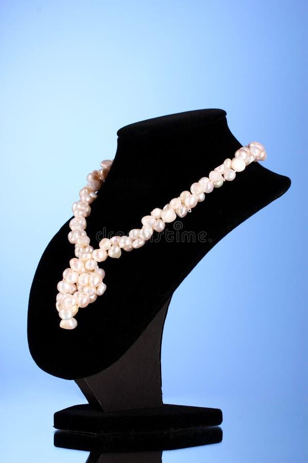Collier de perle sur un bleu photographie stock