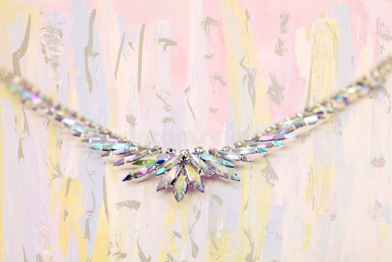 Collier en cristal iridescent sur le fond d'beaux-arts images stock