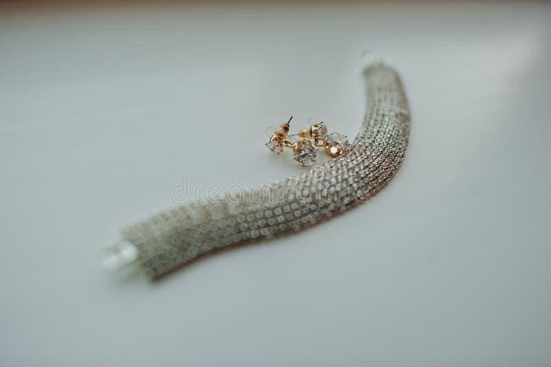 Collier et boucles d'oreille nuptiales photographie stock