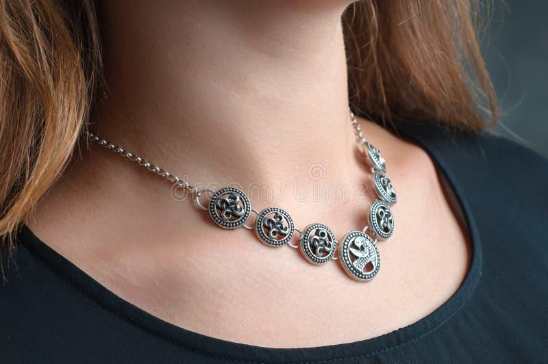 Collier ethnique argenté de bijoux sur la femme photographie stock