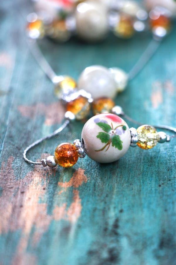 Collier fait main de bijoux d'argile en céramique images libres de droits