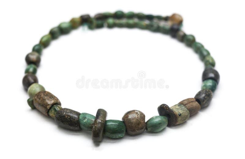Collier poli d'âge de cuivre fait avec les perles en pierre vertes images libres de droits