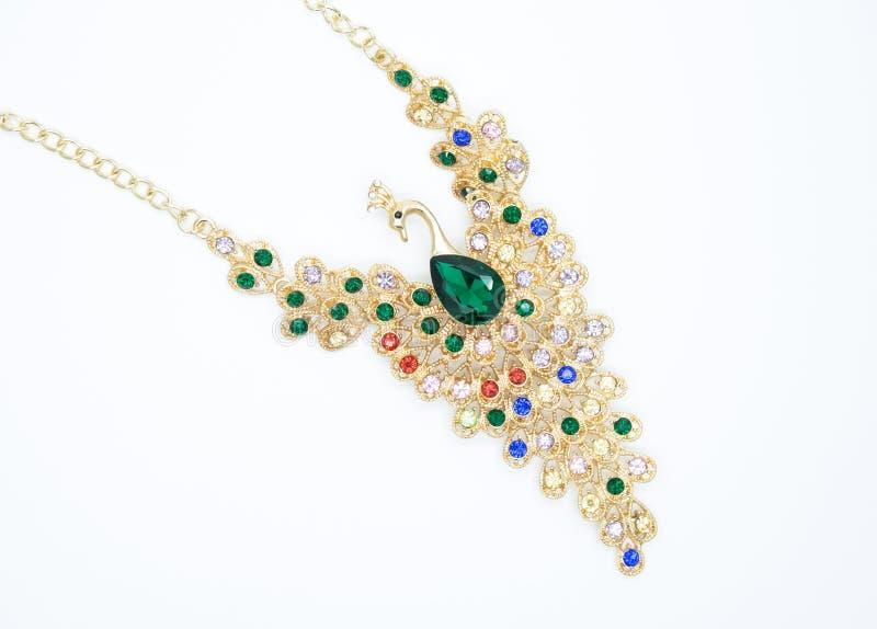 Collier précieux sous forme d'oiseau avec de belles pierres vertes et colorées le concept du style de mode images libres de droits