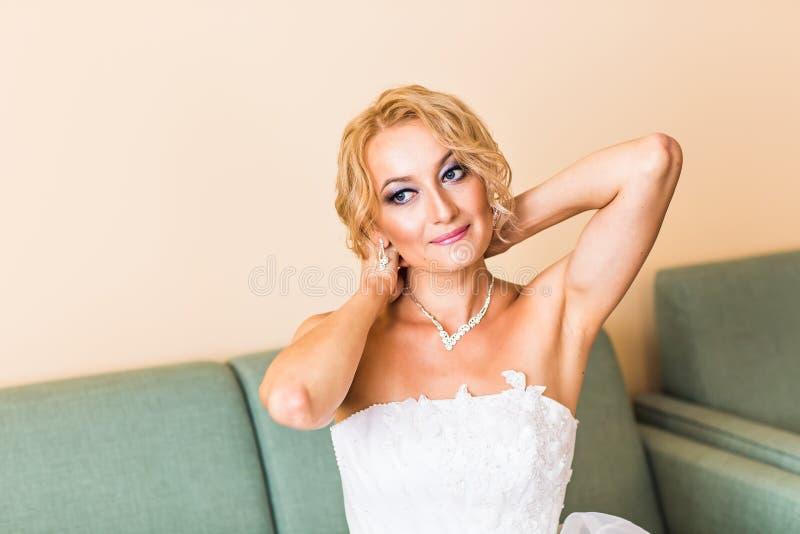 Collier sur le col de jeune mariée photographie stock