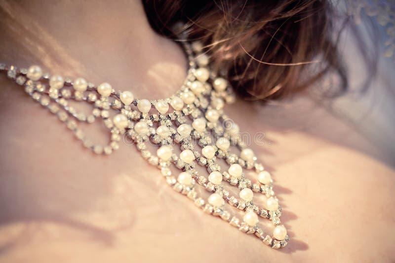 Collier sur le cou de la mariée photographie stock