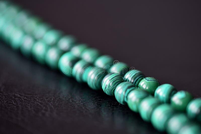 Collier vert de malachite sur un fond foncé photos libres de droits