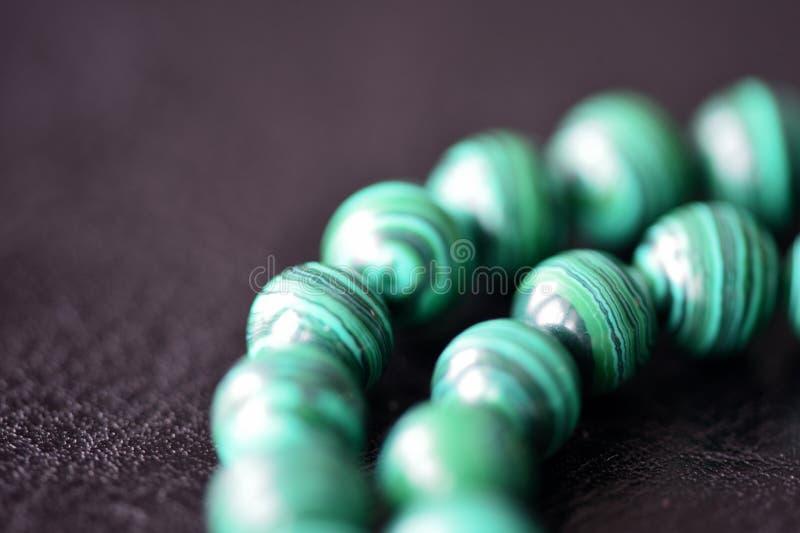 Collier vert de malachite sur un fond foncé images libres de droits