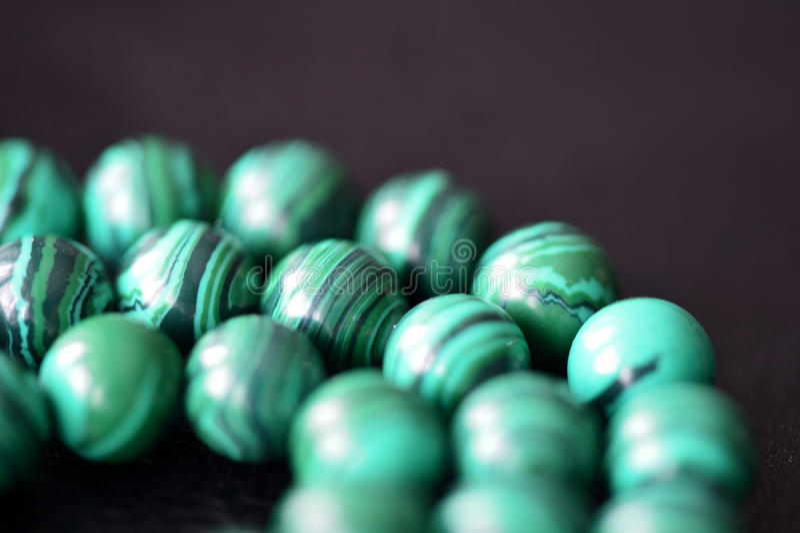 Collier vert de malachite sur un fond foncé photo libre de droits