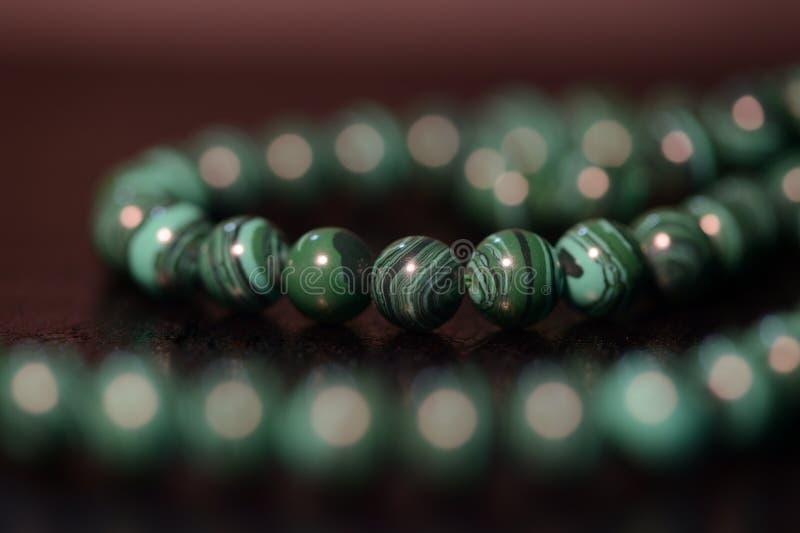 Collier vert des perles de la malachite photographie stock