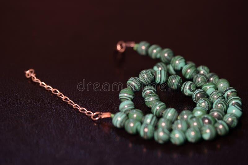 Collier vert des perles de la malachite images stock