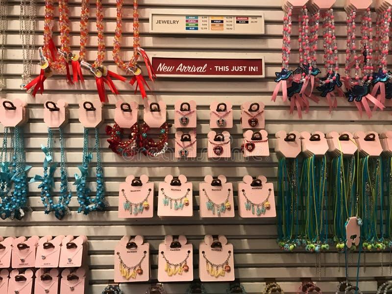 Colliers à vendre dans Disney World image stock
