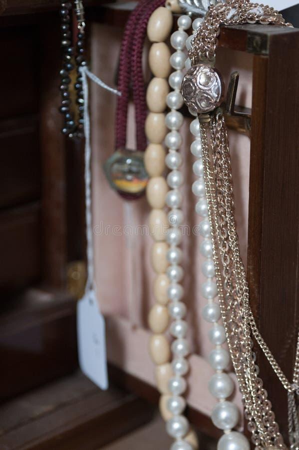 Colliers dans la boîte de jewlery photo libre de droits